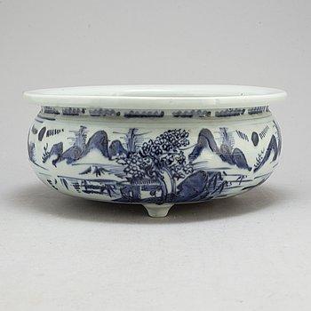 RÖKELSEKAR/YTTERFODER, porslin. Qingdynastin, 1700-tal.