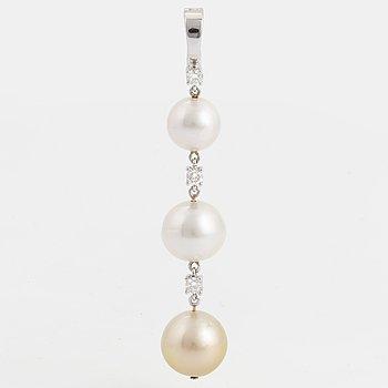 HÄNGE, med tre odlade pärlor och briljantslipade diamanter.