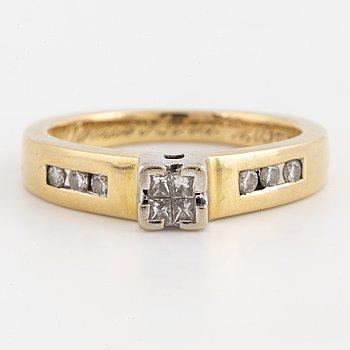 18K gold and small brilliant and princess-cut diamond ring.