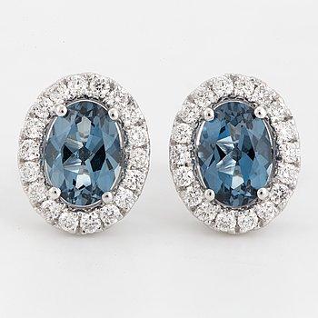CARMOSÈÖRHÄNGEN, med blå topaser och briljantslipade diamanter.
