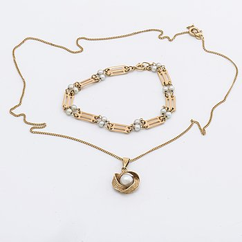 Pendant and chain and bracelet 18K gold and cultured pearls, approx 7,5 mm and 3,5 mm.