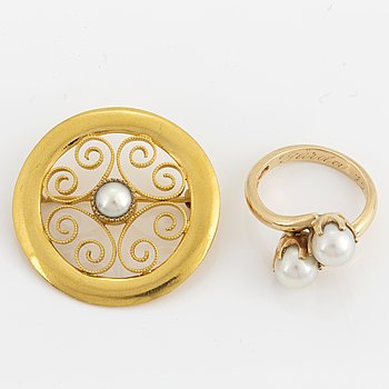 18K gold brooch and ring.