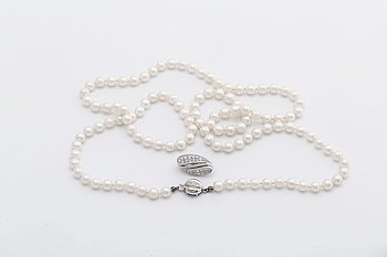 PEARL NECKLACE cultured pearls approx 6 mm w clasp 18K whitegold w 3 single-cut diamonds approx 0.05 ct, pearl divider.