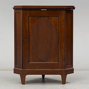HÖRNSKÅP, sengustaviansk stil, 1800-tal.