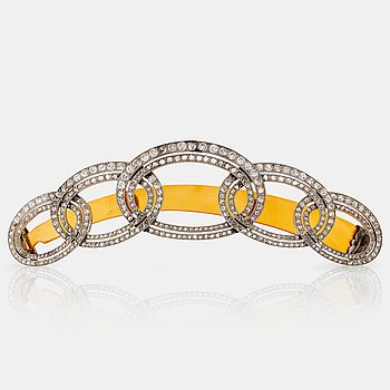 1086. An Art Deco barrette/hairclip signed Cartier in platinum set with old- and rose-cut diamonds.