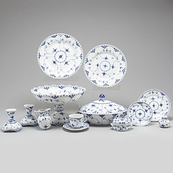 Fortyone pieces of Musselmalet dinner service from Royal Copenhagen.