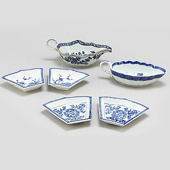 Four (2+2) blue and white cabaret dishes and two saucers, Qing dynasty, Qianlong (1736-95).