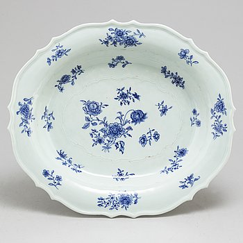 A large blue and white export serving dish, Qing dynasty, Qianlong (1736-95).