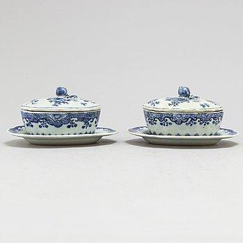 SMÖRASKAR med LOCK och FAT, två stycken, kompaniporslin. Qingdynastin, Qianlong (1736-95).