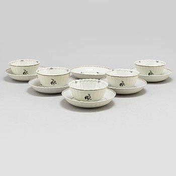 KOPPAR, fem stycken, med FAT, sex stycken, kompaniporslin. Qingdynastin, Qianlong (1736-95).