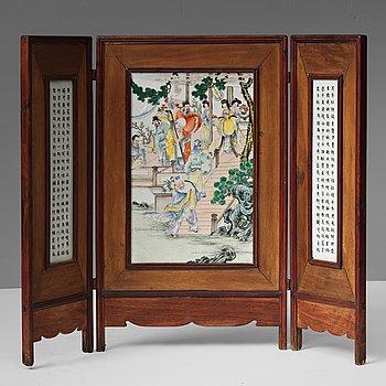 PLAKETT, tre delad, porslin. Kina, Republik  (1912-1949).