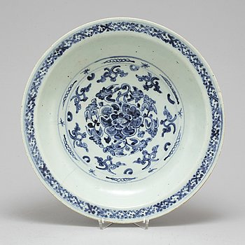 A blue and white serving dish, Ming dynasty (1368-1644).