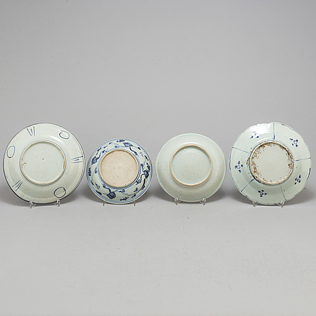 Four blue and white dishes, ming dynasty (1368 1644), and one japan, edo (1603 1867)