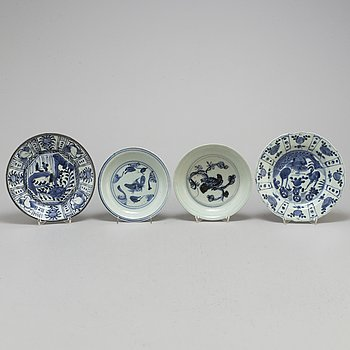Four blue and white dishes, Ming dynasty (1368-1644), and one Japan, Edo (1603-1867).