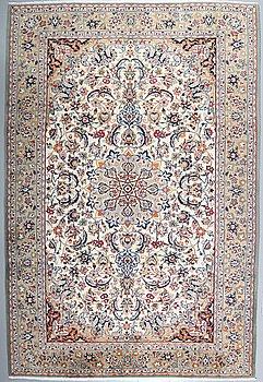 A NAJAFABAD RUG, 358 x 240 cm.