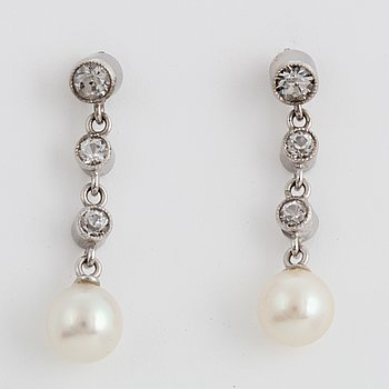 Earrings with cultured pearls and paste.