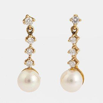 ÖRHÄNGEN ett par, med odlade pärlor och briljantslipade diamanter.