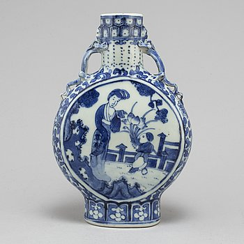 A blue and white moon flask, Qing dynasty, Guangxu (1874-1908).