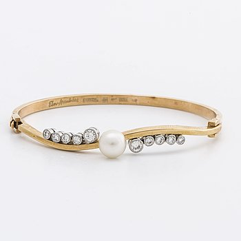 ELON ARENHILL BANGLE 18K gold and whitegold w 1 cultured pearl approx 7 mm and brilliant-cut diamonds approx 0,70 ct.