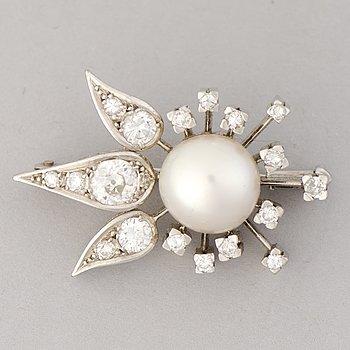 BROSCH, odlad pärla, gammal- och åttkantslipade diamanter, 18K vitguld.