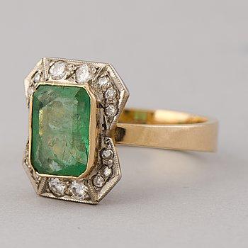 RING, smaragdslipad smaragd, briljant- och åttkantslipade diamanter, 18K guld. Pentti Anttila, Helsingfors 1969.
