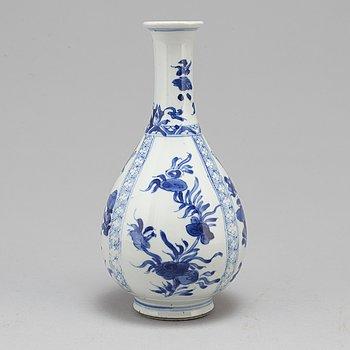 A blue and white bottle vase, Qing dynasty, Kangxi (1662-1722).