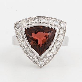 RING, med turmalin och briljantslipade diamanter.