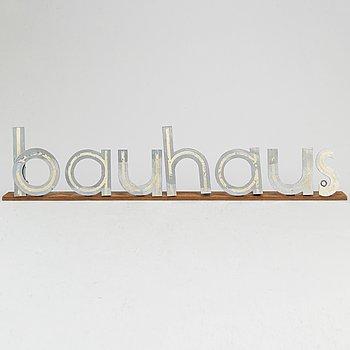 """SKYLTBOKSTÄVER """"bauhaus"""" monterade på träplatta, kromade metall."""