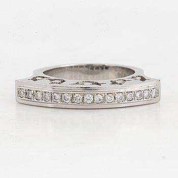 18K white gold and brilliant-cut diamond ring.