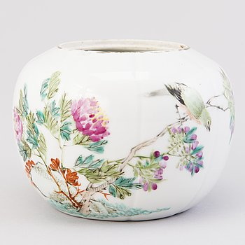 A Chinese porcelain bowl, around 1900.
