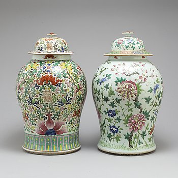 Two large famille rose vases with covers, Qing dynasty, circa 1900.