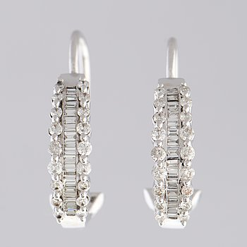 KORVAKORUT, baguette- ja briljanttihiotut timantit, 14K valkokultaa.