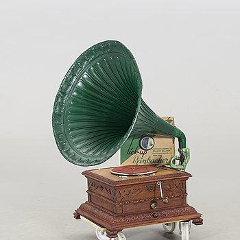 """TRATTGRAMMOFON,  stiftdosan märkt """"ROC ELECTRO 550 JURASSIA S.A. Made in Swizz 1900-talets första hälft."""