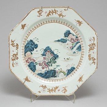 A large famille rose dish, Qing dynasty Qianlong (1736-95).