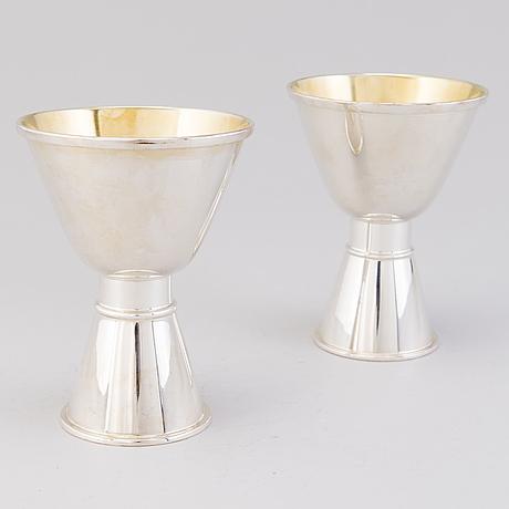 A pair of tapio wirkkala beakers, silver. kultakeskus, finland 1992