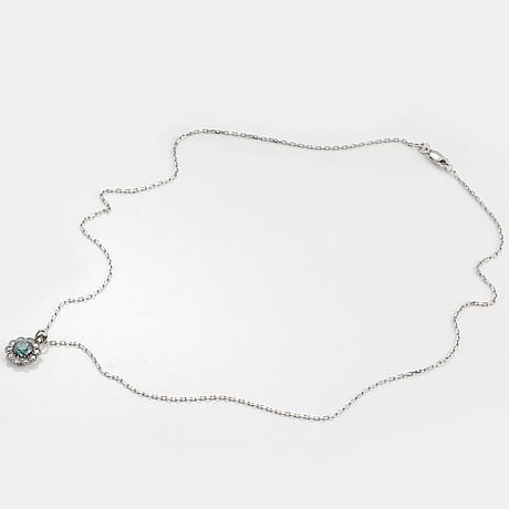 Halsband, med färgbehandlad  blå diamant och briljantslipade diamanter.