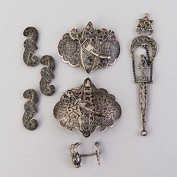 SKÄRPSPÄNNEN, 2 st, och SKÄRPDEKOR, 5 st, silver, niello, Kaukas, Ryssland tidigt 1900-tal.