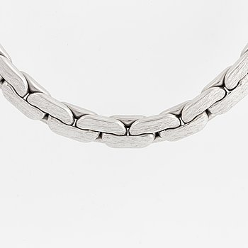 18K white gold necklace.