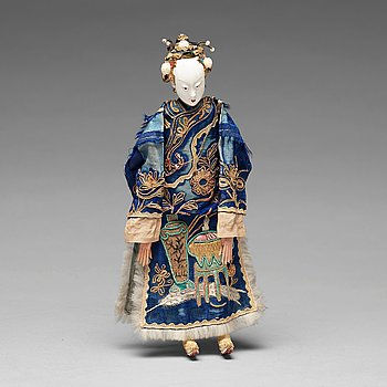 An elegant Chinese doll, clad in silk robes, Qing dynasty, 19th Century.