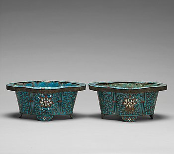 A pair of cloisonné flower pots, Qing dynasty, 19th Century.