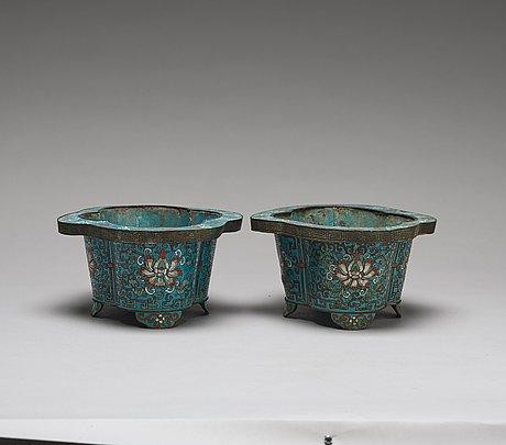 Krukor, cloisonné, ett par. qingdynastin, 1800-tal.