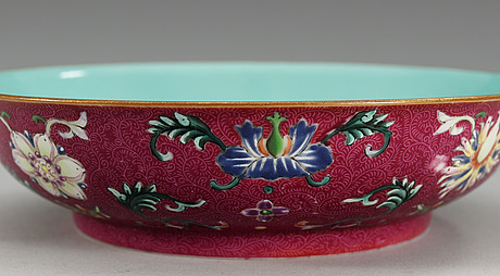 A famille rose dish, qing dynasty (1644-1912), with qianlong´s seal mark.