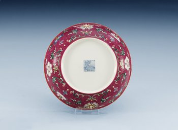 1649. A famille rose dish, Qing dynasty (1644-1912), with Qianlong´s seal mark.