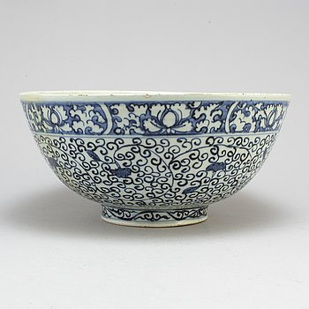A large blue and white bowl, Ming dynasty (1368-1644).