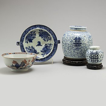 A blue and white Fitz-Hugh armorial hot water dish, an Imari bowl and two blue and whtie jars, Qing dynasty, 18/19th.