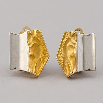 A PAIR OF BJÖRN WECKSTRÖM EARRINGS, 'Helios', 14K gold, platinum. Lapponia 1991.