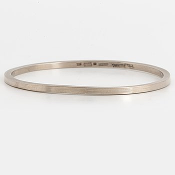A Elon Arenhill 18K white gold bangle.