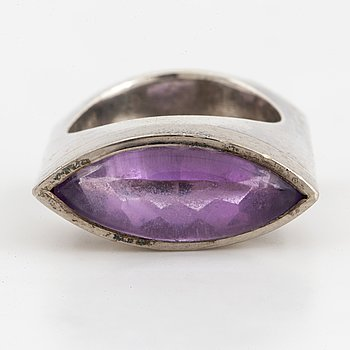 A Lantz sterlingsilver ring with amethyst.
