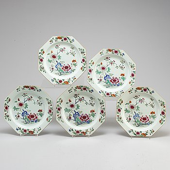 Five famille rose export plates, Qing dynasty, Qianlong (1736-95 ).