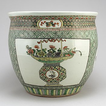 A large famille verte basin, Qing dynasty, circa 1900s.